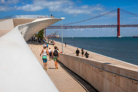 Museum of Art, Architecture and Technology with April 25 Bridge in the background spanning the River Tagus, Belem, Lisbon, Portugal 新聞圖片