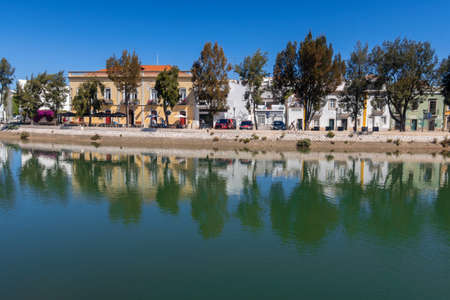 TAVIRA, PORTUGAL - APRIL 2019: A view of the historic town along the Gilao River, East Algarve, Portugal 新聞圖片