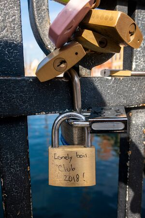 Love Locks on the canal bridge in Nyhavn, Copenhagen, Denmark 版權商用圖片