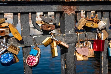 Love Locks on the canal bridge in Nyhavn, Copenhagen, Denmark 新聞圖片
