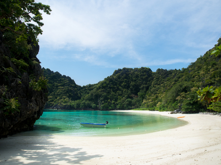 White sand beach and blue sea in sunny day,Horse shoe Island bay in Myanmar. 스톡 콘텐츠