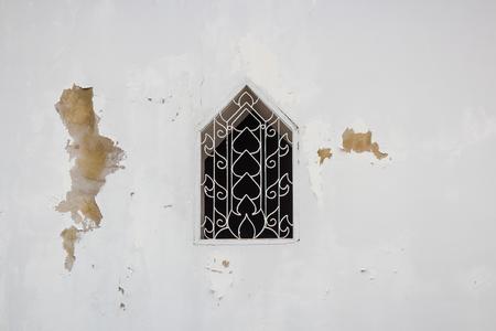 pared rota: ventanas viejas con la pared blanco roto