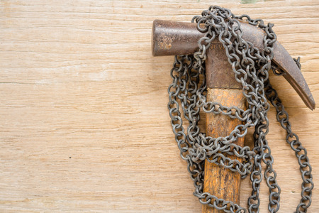Rusting chain with hammer on wood board Stok Fotoğraf - 101856547