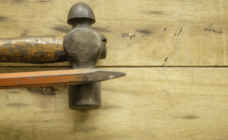 Hammer and Chisel on wood background Stok Fotoğraf - 101856667