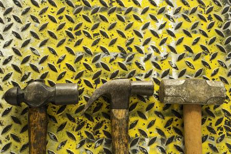 Hammer set on dirty yellow metal plate background texture Stok Fotoğraf - 101856430