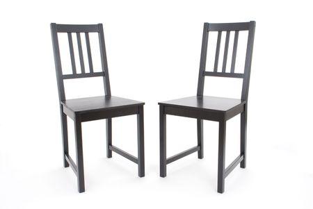 twee zwarte stoelen op witte achtergrond