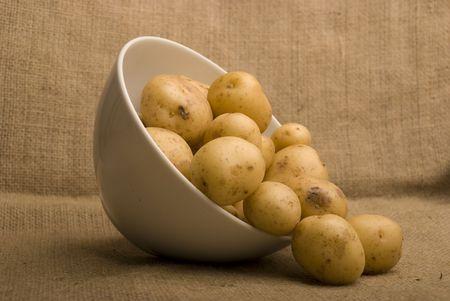 peer to peer: cuenco de patatas m pares en saco  Foto de archivo