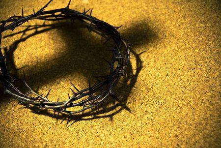 crucified: corona de espinas con la sombra de la cruz Foto de archivo