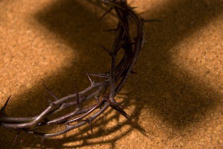 kroon van thorns met schaduw van kruis