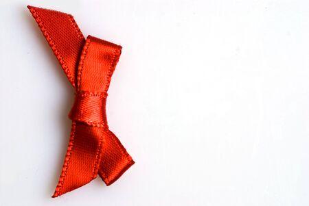 een rode strik op een witte achtergrond