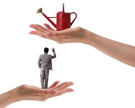 handen met rode gieter en man