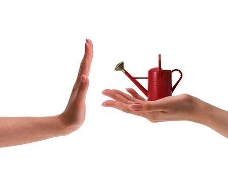 vrouwelijke hand met kleine rode drenken kan