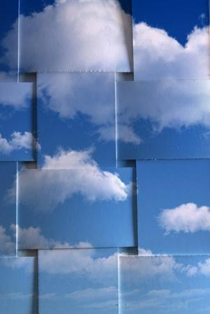 bewolkte blauwe hemel op geweven kaart achtergrond