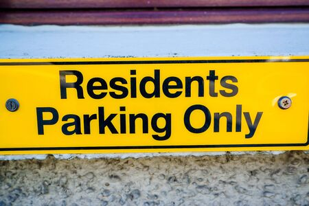 Residents only parking sign on wall in UK 版權商用圖片