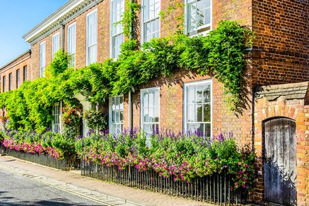 England Henley on Thames Sept 27 2016 red brick house with beautiful hanging baskets and window box 免版税图像
