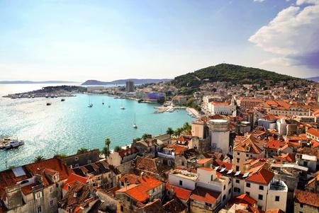クロアチア - 分割はがき海岸と鐘楼からポート ビュー 写真素材