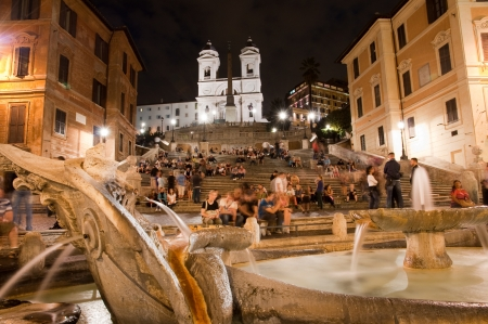 Spagna: Night view at Piazza di Spagna fountain and trinita dei Monti - roma - Italy