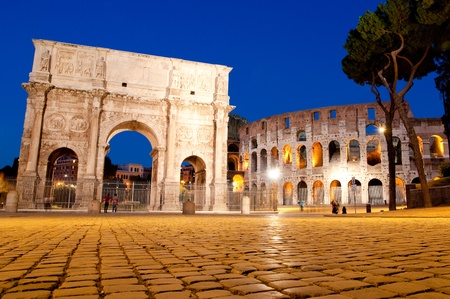 constantino: Night view of Colosseum and Constantine Arc at Roma - Italy Stock Photo
