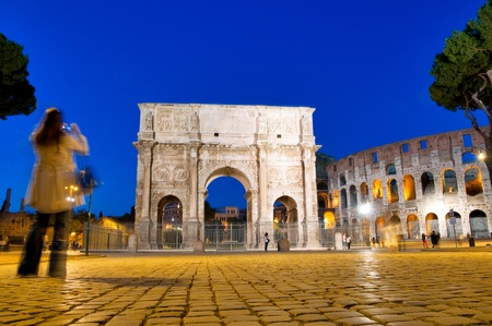 constantino: Night view of Colosseum and Constantine Arc with turist at Roma - Italy Stock Photo