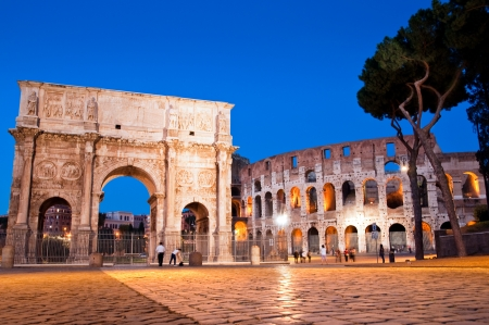 constantino: Night view of Arco di Costantino and colosseo at Rome - Italy