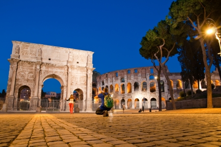 constantino: Night view of Arco di Costantino and colosseo with tourists at Rome - Italy