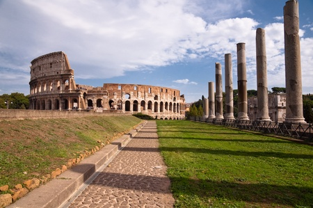 constantino: Colosseo and venus temple columns and path view from Roman forum - Italy Stock Photo