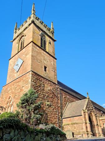 reloj de sol: Todos los Santos de la torre del reloj de la iglesia con un reloj de sol en el West Bromwich, Inglaterra, Reino Unido Foto de archivo
