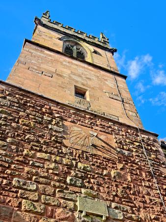 reloj de sol: Reloj de sol en la pared de la torre del campanario de la Iglesia de Todos los Santos, West Bromwich, Inglaterra, Reino Unido