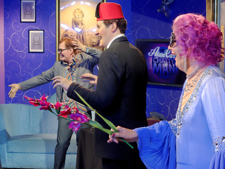 BLACKPOOL, JANUARY 14: Madame Tussauds, UK, 2018. Wax figures of three comedians: Alan Graham Carr, Thomas Frederick Cooper and Dame Edna Everage. Banque d'images - 106648306
