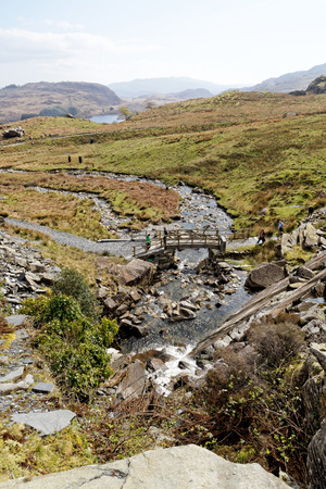 Wooden bridge on the Cwmorthin Waterfall trail in the mountains of Snowdonia National Park, Wales. Archivio Fotografico