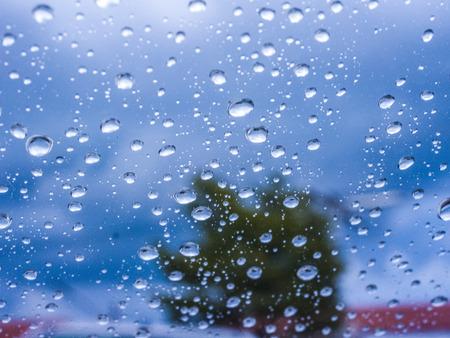 kropla deszczu: Raindrop Streszczenie rozmycie na tle