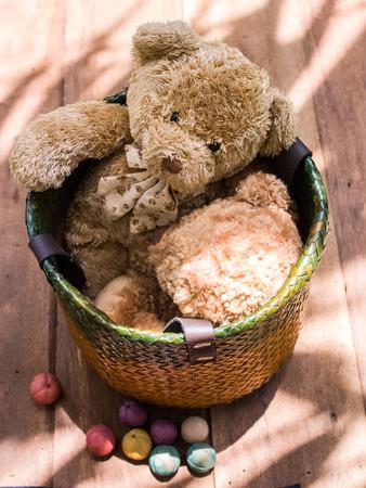 oso de peluche: Oso de peluche lindo en cestería