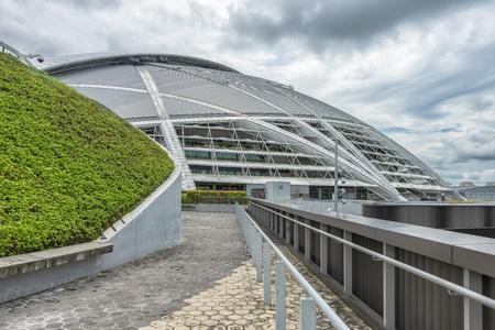 Singapur - 3 de julio de 2018: la cúpula del estadio nacional. El Estadio Nacional es un estadio de usos múltiples ubicado en Kallang, Singapur. Abrió sus puertas el 30 de junio de 2014 Editorial