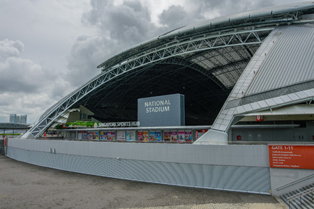 Singapur - 03 de julio de 2018: Exterior del Estadio Nacional. Vista con techo cerrado. El Estadio Nacional es un estadio de usos múltiples ubicado en Kallang, Singapur.