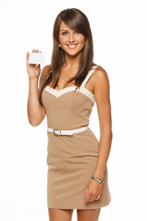 carta credito: Ritratto di giovane donna sorridente carta di credito aziendale holding isolato su sfondo bianco
