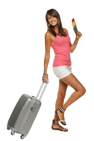bagage: Sur toute la longueur de la jeune femme dans la marche occasionnelle avec le sac de voyage, isol� sur fond blanc