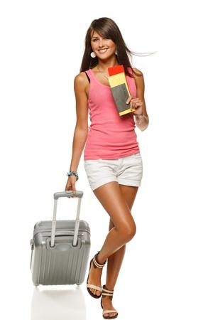 Volledige lengte van jonge vrouwelijke in casual wandelen met de reistas, geïsoleerd op witte achtergrond