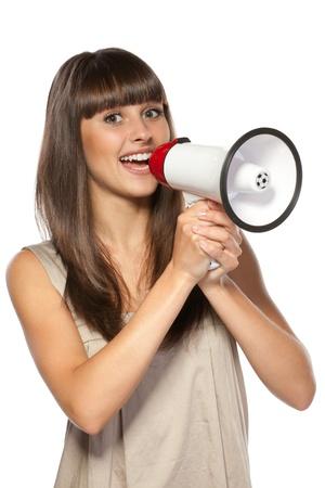 hablar en publico: Retrato de mujer hermosa proclama en el altavoz, aislado sobre fondo blanco