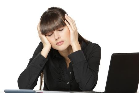 ojos cerrados: Mujer de negocios agotados sentados en la mesa de trabajo con los ojos cerrados, sobre fondo blanco
