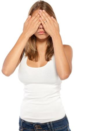 Retrato de mujer joven en ocasional que cubre sus ojos aislados en fondo blanco