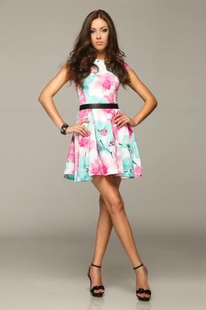 Sur toute la longueur de la belle femme posant en robe d'été