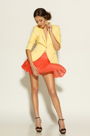 falda: Longitud total del modelo de moda posando en mini falda ondeando en el viento