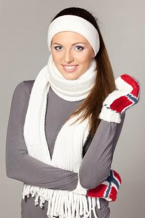 cintillos: Ropa de mujer alegre en bufanda caliente, guantes y diadema temporada de invierno Foto de archivo