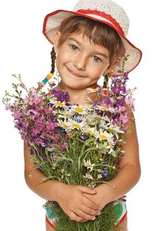 five years old: Ragazza di cinque anni in estate cappello in possesso di un mazzo di fiori di campo, su sfondo bianco