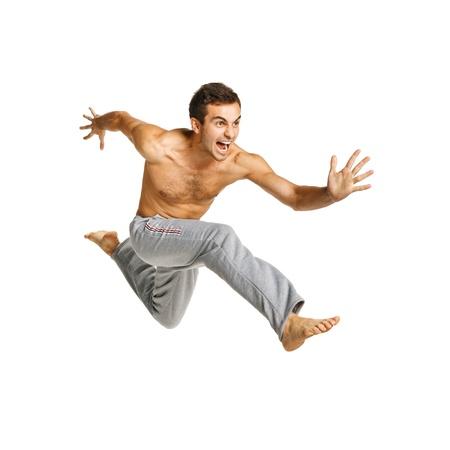 salto largo: Longitud total de un hombre volando contra el fondo blanco