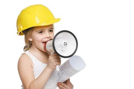 Pretty constructor niña en casco amarillo gritando en el dibujo celebración altavoz en mano, sobre fondo blanco Foto de archivo - 17457938