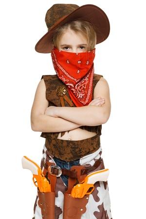 bandana girl: Petite fille en costume de cow-boy s�rieux et bandana couvrant sa bouche debout, les mains jointes, sur fond blanc