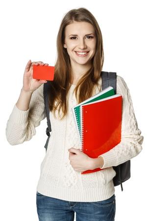 učebnice: Šťastné mladá žena na sobě batoh a drží notebooky ukazuje prázdnou kreditní kartu, na bílém pozadí Student úvěru koncepce