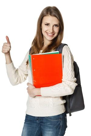 coincidir: Mujer joven feliz que lleva una mochila y la celebración de los portátiles que muestran el pulgar encima de la muestra, sobre fondo blanco