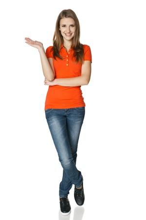 cute teen girl: Женщина пустую копию пространства, на ее открытой ладони стоя в полной длины, изолированных на белом фоне